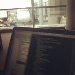 Daten säubern am Flughafen. Im Hintergrund meine A380 nach New York.